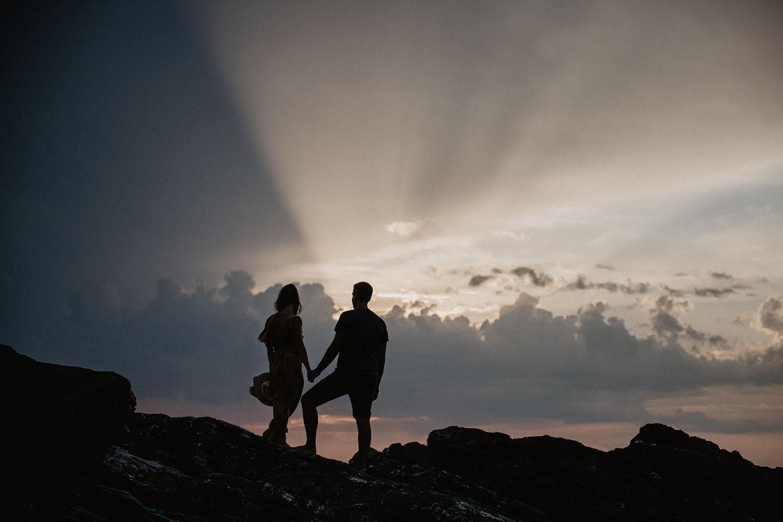 séance de couple dans la nature le soir