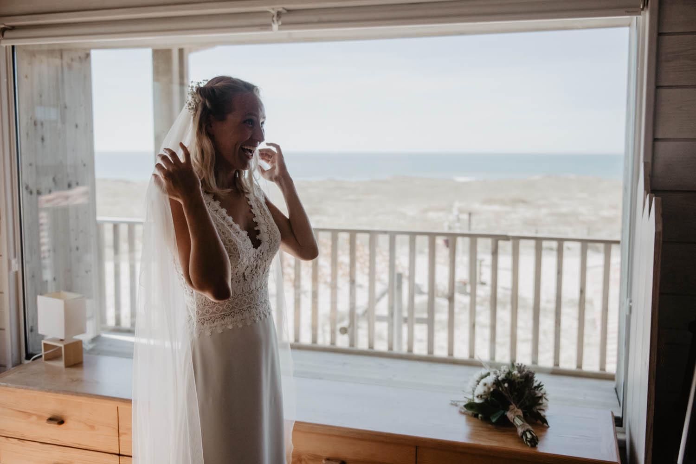 Préparatifs de la mariée, robe Pronovias, Mariage folk et intimiste au bord de l'Océan, photographe Aquitaine, Pau, Hossegor, Seignosse