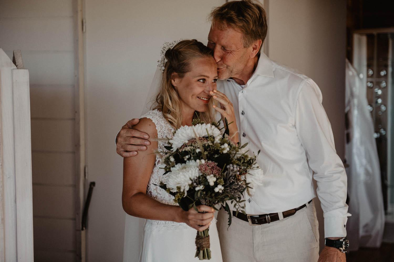 Préparatifs de la mariée en robe Pronovias, bouquet sauvage, Mariage folk et intimiste au bord de l'Océan, photographe Aquitaine, Pau, Hossegor, Seignosse