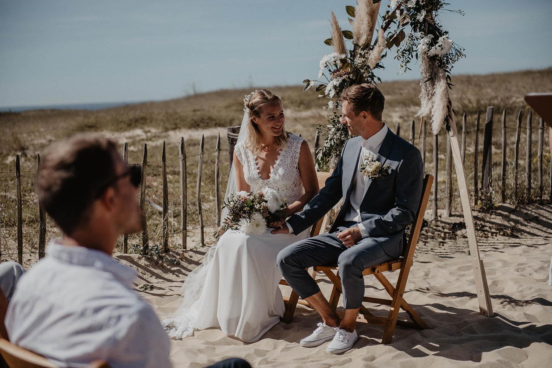 Photographe mariage Aquitaine, Pau, Hossegor, Biarritz. Cérémonie laïque au bord de l'Océan, les pieds dans le sable.
