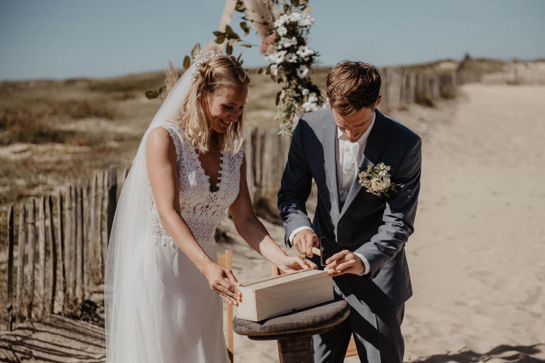 Cérémonie laïque, arche fleurie, l'herbe de la Pampa, fleurs sauvages, robe Pronovias. Photographe mariage lifestyle Pau.