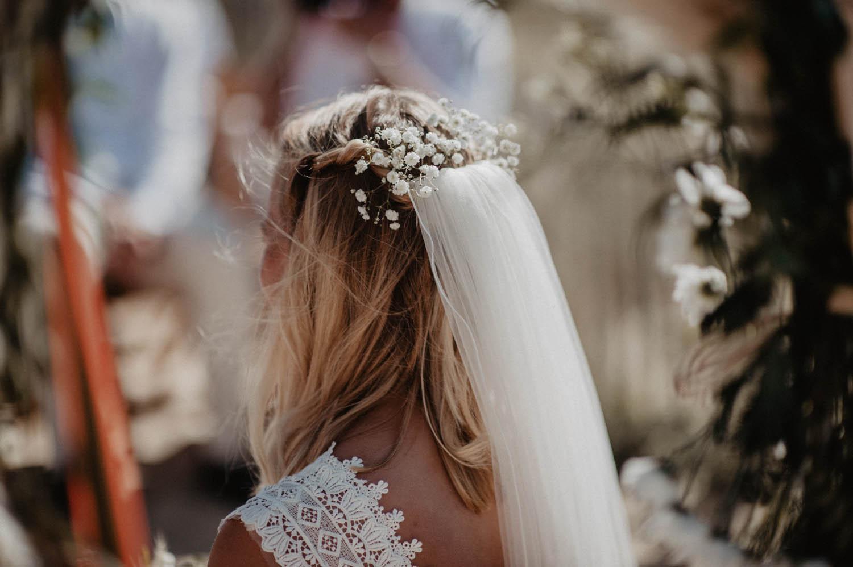 Fleur dans les cheveux de la mariée, robe Pronovias. Photographe mariage reportage lifestyle Pau , Biarritz.