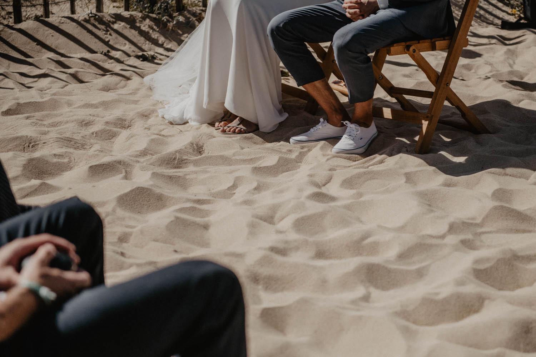 Basket avec costume Hugo Boss pour un marié moderne. Cérémonie sur la plage, pieds dans le sable, vue Océan. Photographe Hossegor.