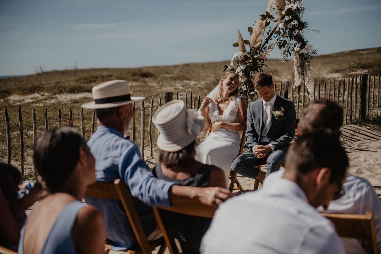 Photographe mariage intimiste, folk et atypique. Lifestyle, mariage au bord de la mer. Cérémonie laïque pieds dans le sable.
