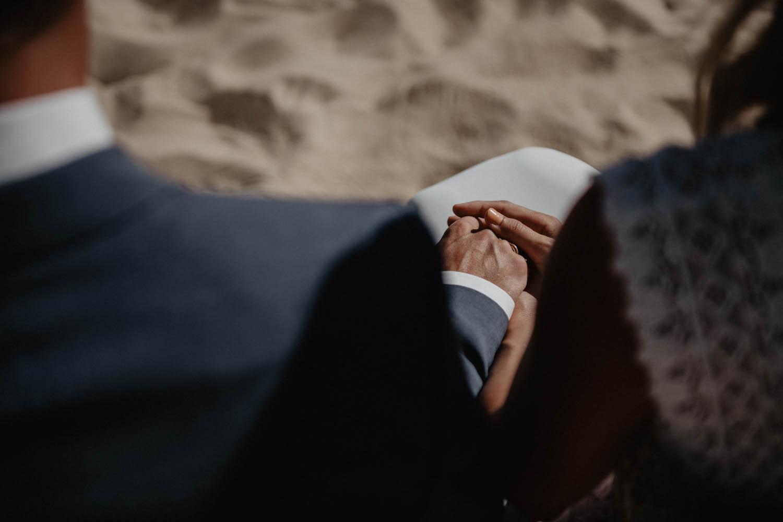 Photographe mariage intimiste, folk et atypique. Lifestyle, mariage au bord de la mer. Cérémonie laïque pieds dans le sable, vue Océan.