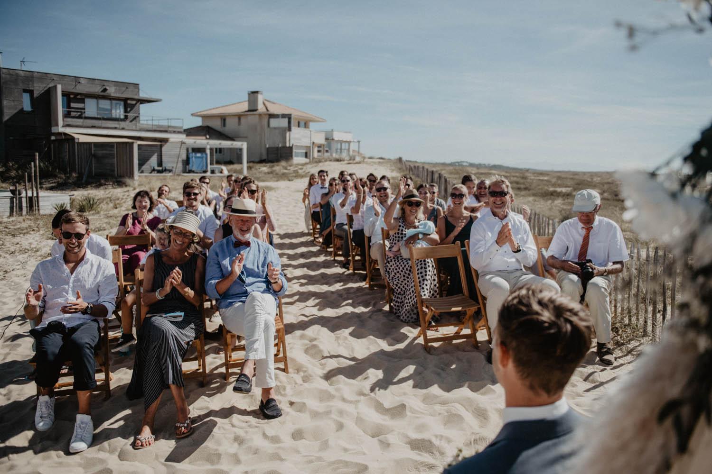 Photographe mariage intimiste, folk et atypique. Lifestyle, mariage au bord de la mer. Cérémonie laïque pieds dans le sable, photographe Pau, Tarbes, Biarritz, Pays Basque, Landes.