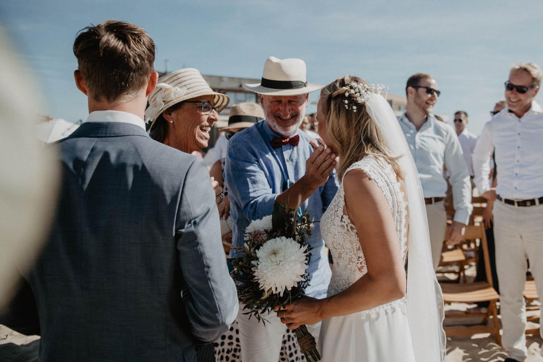 Photographe mariage intimiste, folk et atypique. Lifestyle, mariage au bord de la mer. Cérémonie laïque pieds dans le sable, photographe Pau, Hossegor, Biarritz, Pays Basque, Landes.