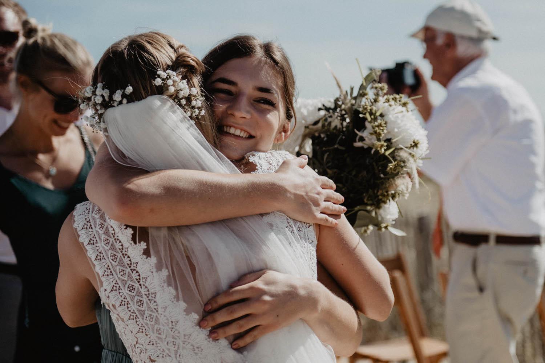 Emotions après la cérémonie du mariage. Photographe mariage intimiste, folk et atypique. Lifestyle, mariage au bord de la mer. Cérémonie laïque pieds dans le sable, photographe Pau, Tarbes, Biarritz, Pays Basque, Landes.