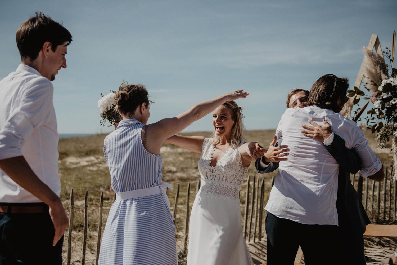 Emotions après la cérémonie du mariage. Photographe mariage intimiste, folk et atypique. Lifestyle, mariage au bord de la mer. Cérémonie laïque pieds dans le sable, photographe Pau, Tarbes, Biarritz, Pays Basque, Landes, Béarn.