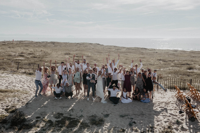 Mariage intime au bord de l'Océan. Photo de groupe moderne et atypique. Photographe lifestyle Pau.