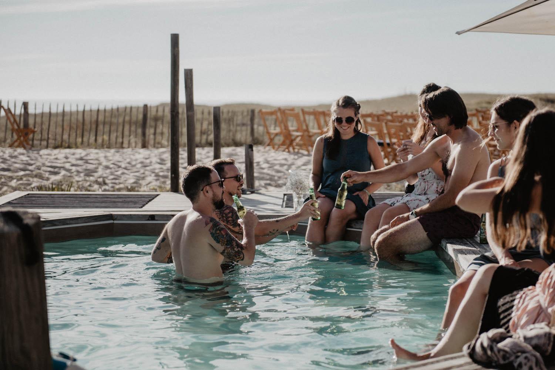 Mariage au bord de la piscine dans les Landes, mariage vue sur la mer. Photographe lifestyle, reportage spontané et moderne, photos prises sur le vif sans poser. Photographe Pau, Hossegor, Biarritz.