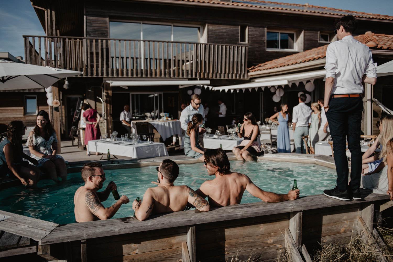 Mariage au bord de la piscine dans les Landes, mariage vue sur la mer. Photographe lifestyle, reportage spontané et moderne, photos prises sur le vif sans poser. Photographe Pau, Hossegor, Biarritz., Aquitaine.