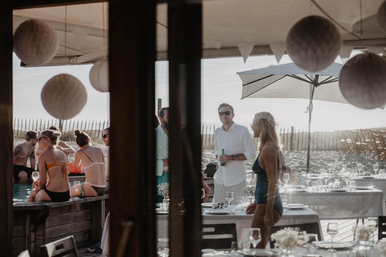 Mariage au bord de la piscine dans les Landes, mariage vue sur la mer. Photographe lifestyle, reportage spontané et moderne, photos prises sur le vif sans poser. Photographe Pau, Hossegor, Biarritz., Landes, Pays Basque.