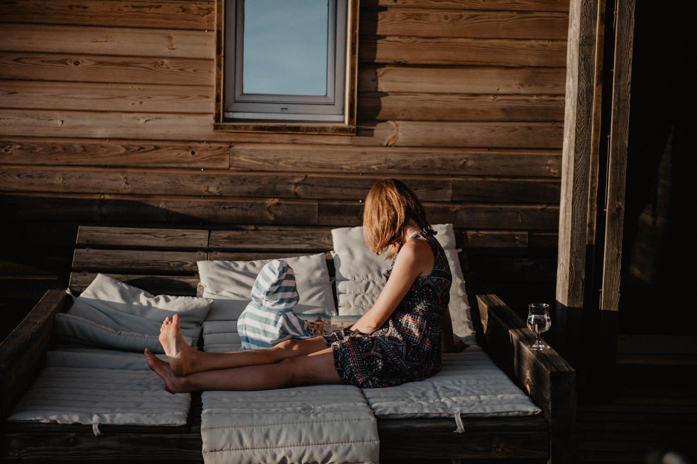 Mariage au bord de la piscine dans les Landes, mariage vue sur la mer. Photographe lifestyle, reportage spontané et moderne, photos prises sur le vif sans poser. Photographe Pau, Hossegor, Biarritz. Coucher de soleil.