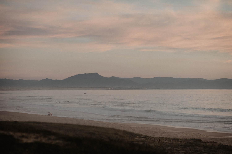 Océan au coucher de soleil. Mariage vue sur la mer. Photographe lifestyle, reportage spontané et moderne, photos prises sur le vif sans poser. Photographe Pau, Hossegor, Biarritz, Landes, Aquitaine.