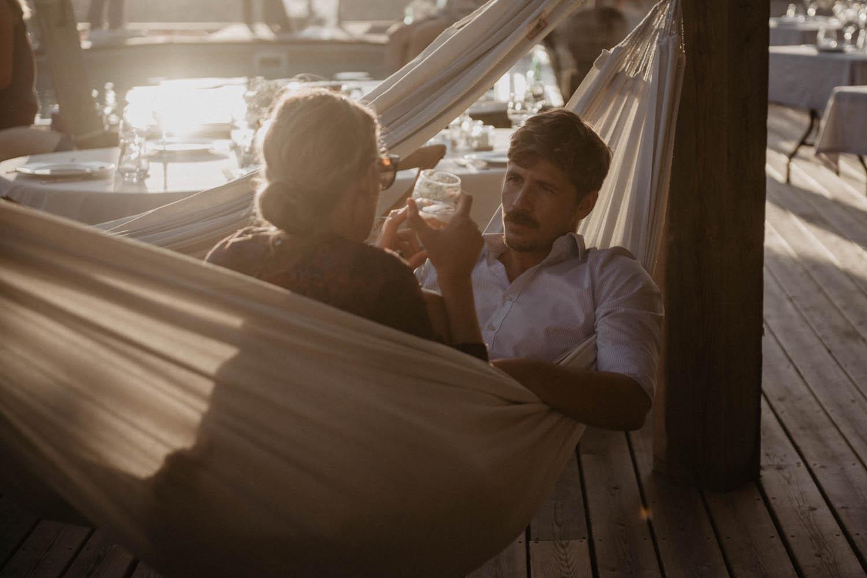 Soirée mariage vue sur la mer. Photographe lifestyle, reportage spontané et moderne, photos prises sur le vif sans poser. Photographe Pau, Hossegor, Biarritz.