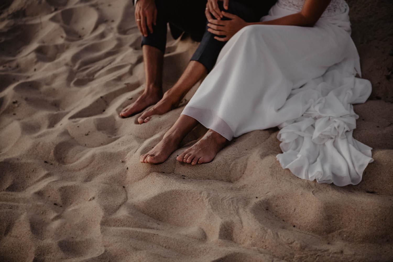 Mariage pieds dans le sable. Soirée mariage vue sur la mer. Photographe lifestyle, reportage spontané et moderne, photos prises sur le vif sans poser. Photographe Pau, Hossegor, Biarritz.