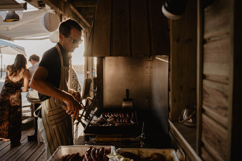 Barbecue pour un mariage atypique, décontracté, mariage folk en pleine nature. Soirée mariage vue sur la mer. Photographe lifestyle, reportage spontané et moderne, photos prises sur le vif sans poser. Photographe Pau, Hossegor, Biarritz.