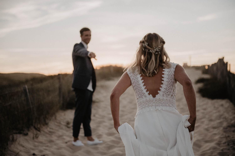 Détail de la robe de mariée fluide Pronovias. Dos nus en dentelle vintage. Séance photo de couple à l'Océan. Photographe Pau, Aquitaine. 64
