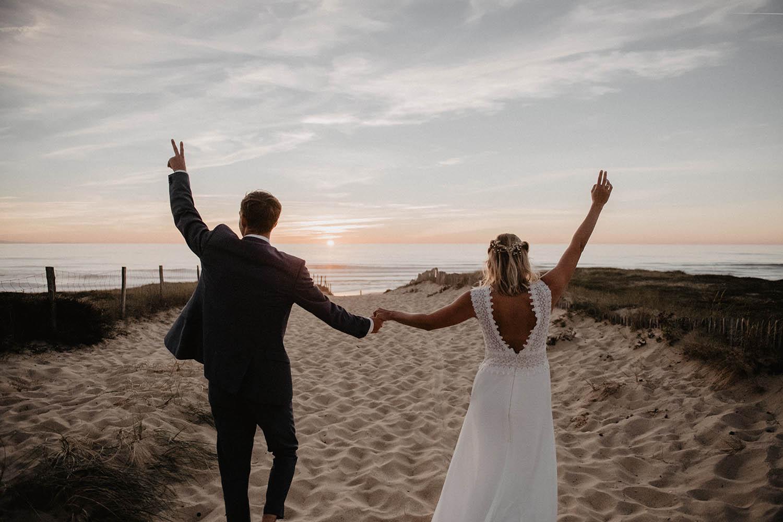 Robe de mariée dos nus en dentelle vintage. Séance photo de couple à l'Océan. Photographe Pau, Aquitaine. 64. Couple dans les dunes au coucher de soleil. Landes.