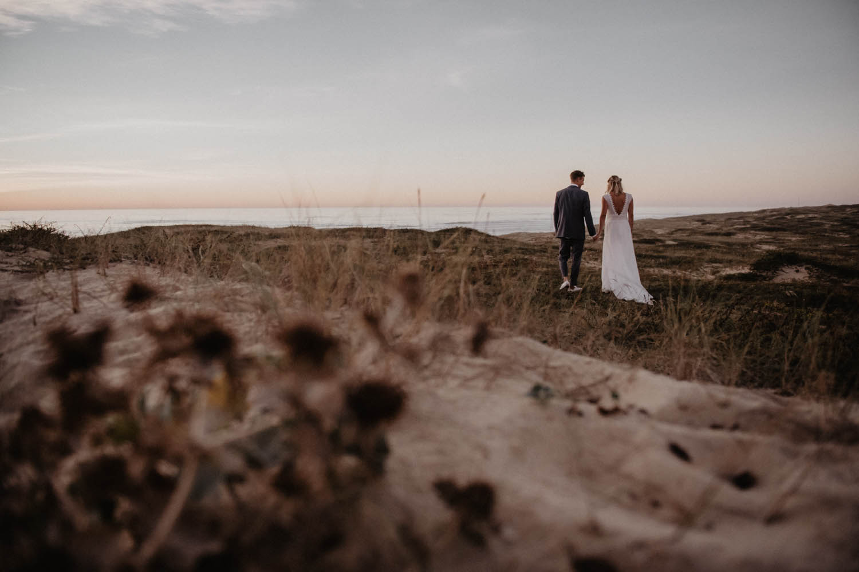 Mariage cool, inspiration folk et intimiste sur la plage, cérémonie le soir. Photographe lifestyle Pau, Biarritz, Hossegor, Aquitaine. Séance photo de couple dans le sable.
