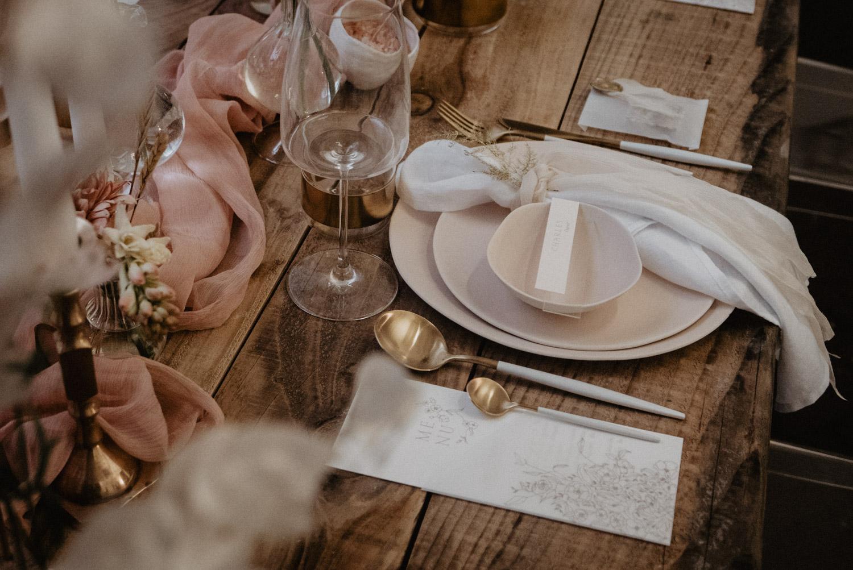 Table en bois brut pour un mariage folk et authentique, Festival de mariage Love.etc Paris 2019