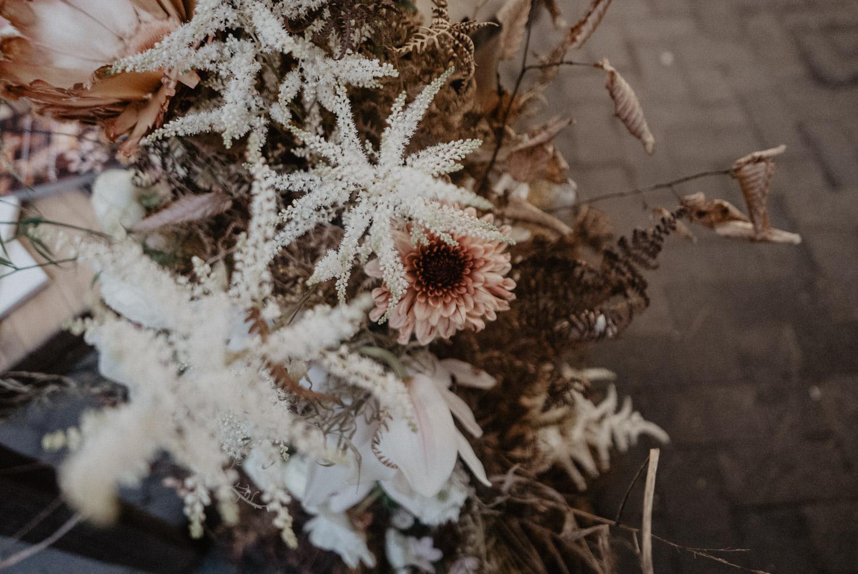 Fleurs sauvages et branchages, fleurs fraîches et séchées pour une déco de table de mariage, Love.etc Paris.