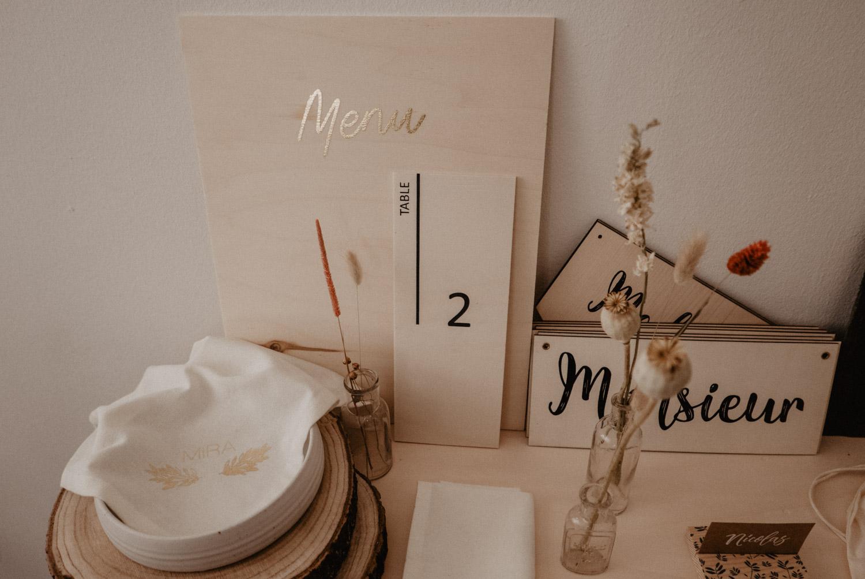 Inspiration déco de mariage en bois brut sérigraphié pour un mariage bohème, mariage folk en Aquitaine, photographe
