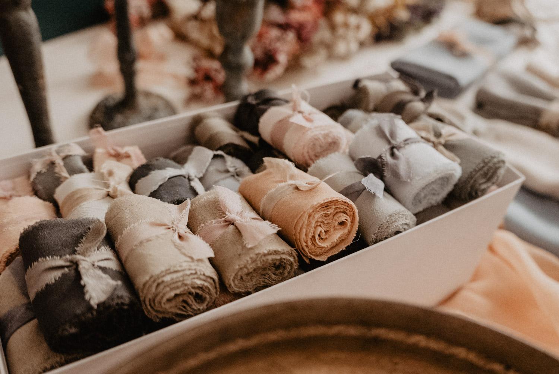 Photographe professionnel Pau, Aquitaine, 64. Rubans en soie avec teinture naturelle pour inspiration de déco de table de mariage,