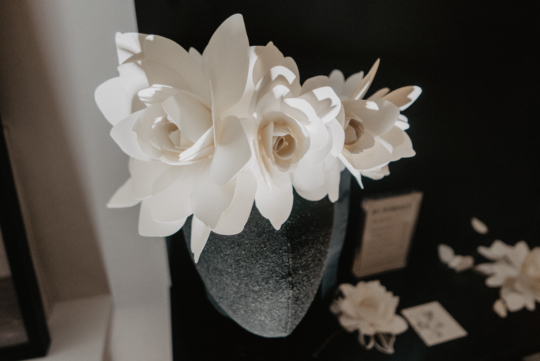 Détail de la couronne de fleurs en papier. Photo du festival Love à Paris organisé par La mariée aux pieds nus. Photographe professionnel de mariage Pau en Aquitaine 64 Pyrénées Atlantiques.
