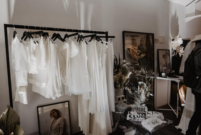 Robe de mariées de créatrice parisienne. Photographe lifestyle, mariage moderne, Pau, Aquitaine, 64.