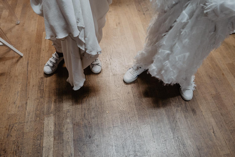 Mariée en baskets blanches. Photographe Pau Hossegor Biarritz pour un reportage de mariage moderne et lifestyle.