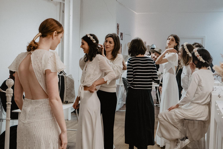 Préparatifs défilé mariage . Photographe Pau, reportage mariage moderne, spontané.