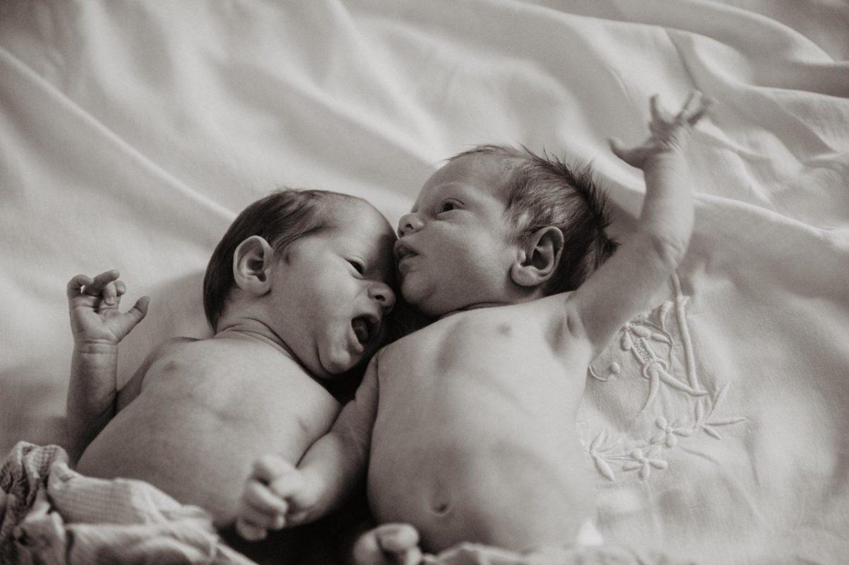 photographe mariage pau pays basque landes seance lifestyle maternite bebe jumeaux photo noir et blanc