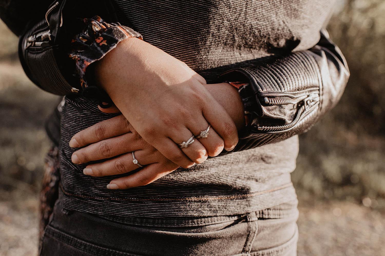 Photo de la bague de fiançailles, séance engagement, photographe professionnel Aquitaine.