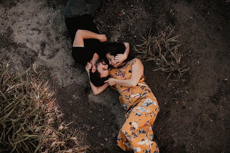 Séance engagement folk et poétique au bord du gave. Photographe mariage Pau, Bordeaux. Authentique, spontané.