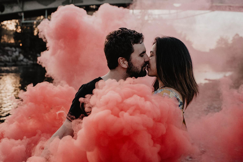 Séance de couple avec les fumigènes au bord de l'eau, mariage Pau, Pyrénées.
