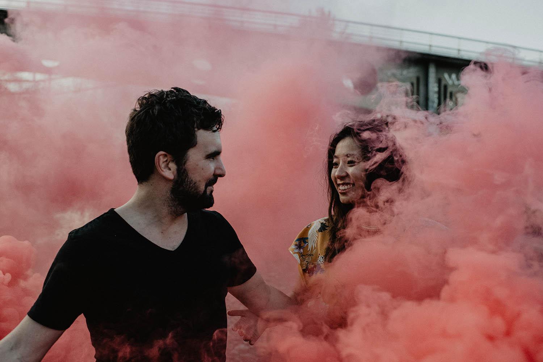 Séance photo couple avec un fumigène, photographe Pau, Bordeaux. Domaine de Cinquau.
