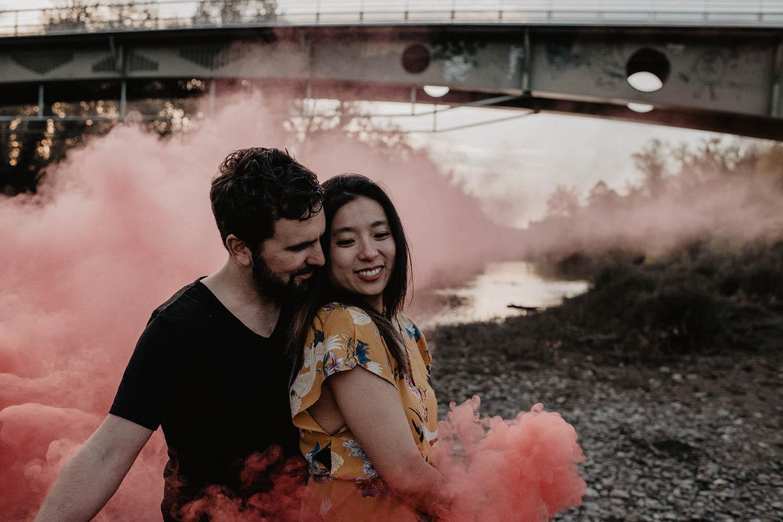 Séance engagement avec fumigènes, photo originale. Inspiration folk. Au bord de la rivière à Pau, Aquitaine.