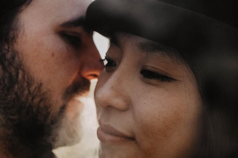 Photo mariage avec fumigènes, séance couple engagement , photographe Pau.