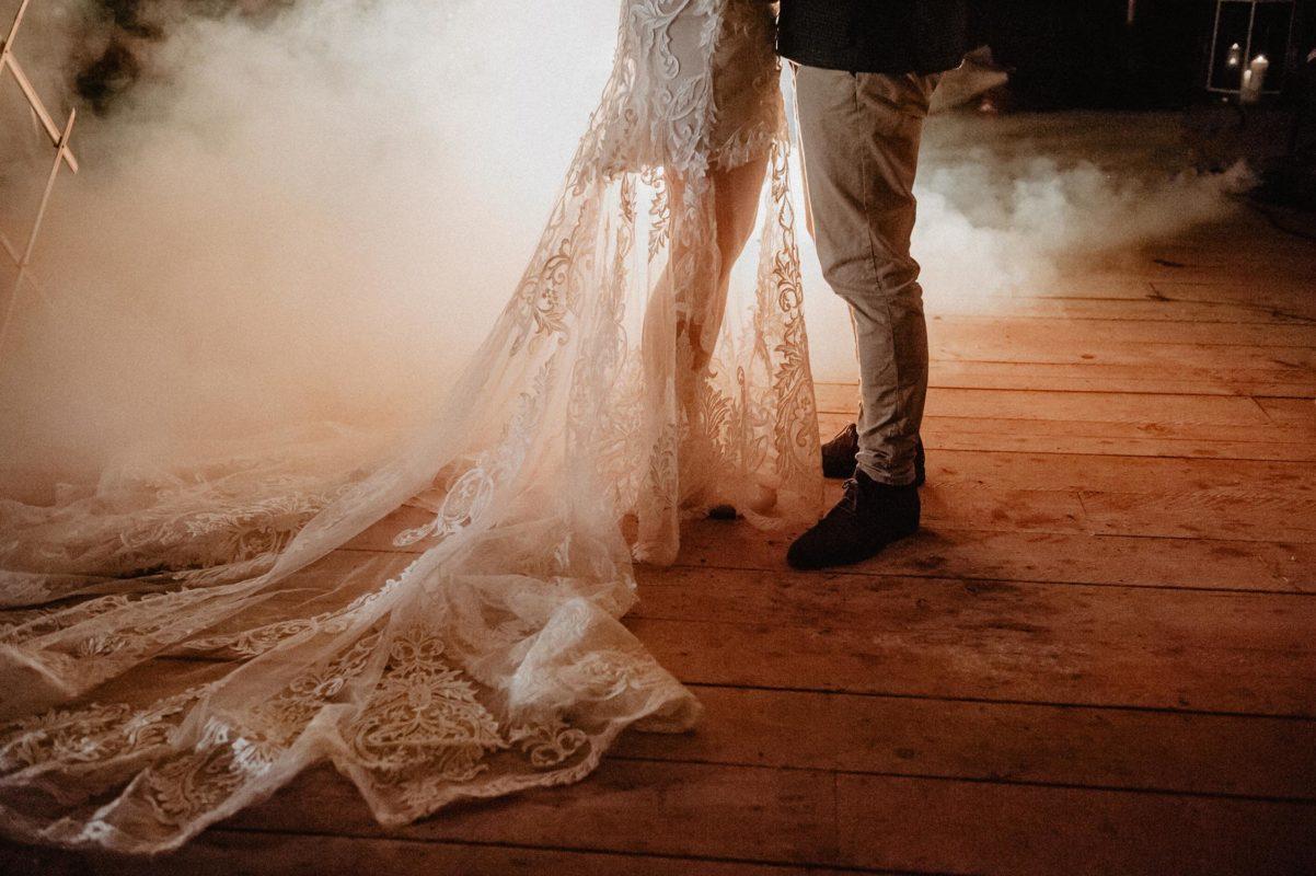 Coco Barn Wood Lodge mariage écolo dans les Landes, première danse, mariée en robe brodée Angeola, inspiration folk