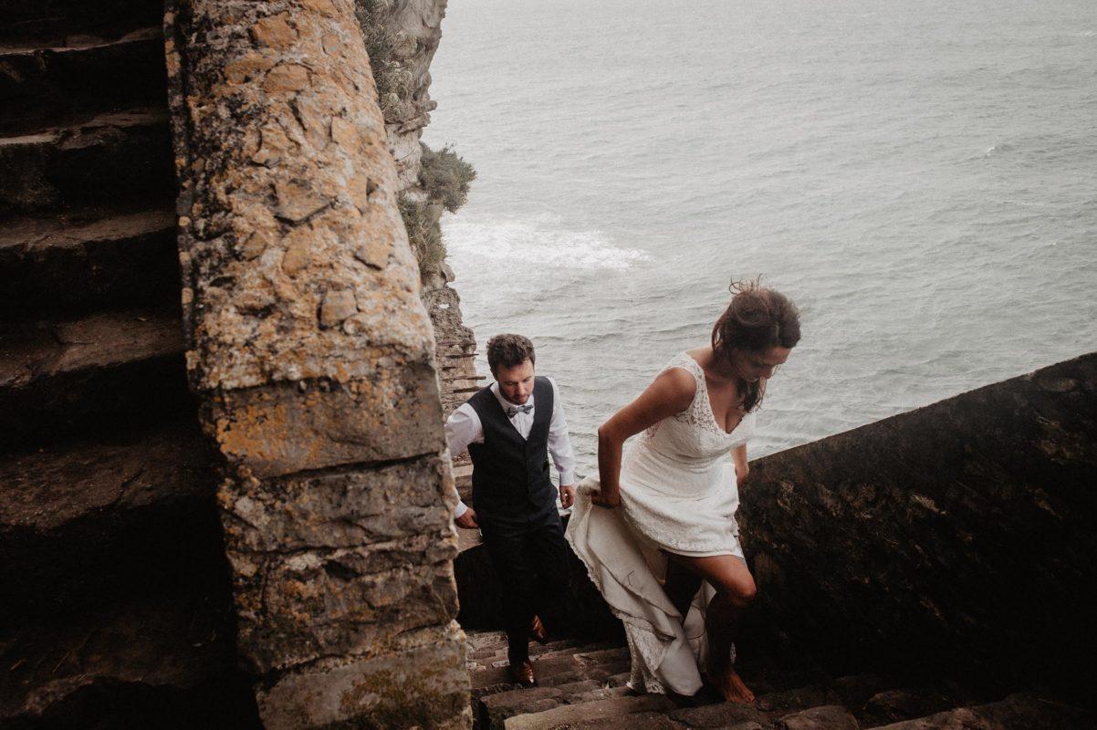 mariage bohème folk à Biarritz. photo de couple spontanée pendant la séance de couple le jour du mariage. Photographe Pays Basque.