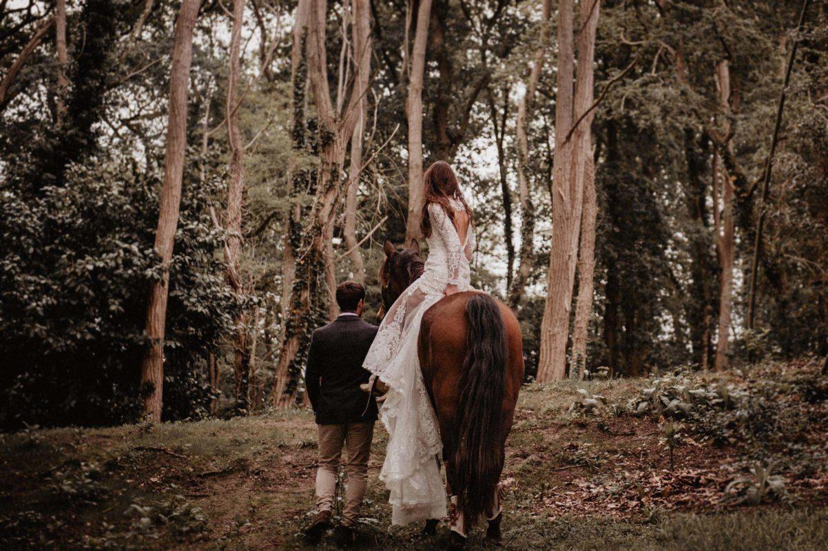 coco barn wood lodge landes: ceremonie de mariage à cheval.