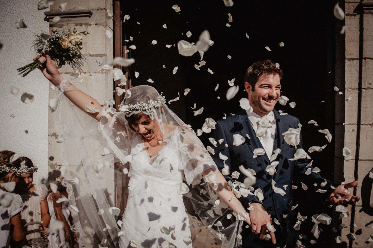 Pétales de roses blanches pour la cérémonie, photo spontanée des mariés . Photographe Pau, Biarritz, Pays Basque, Landes. 64