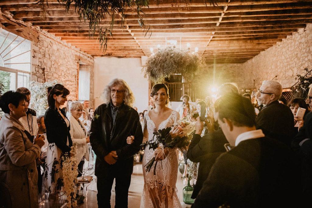 Arrivée de la mariée à la cérémonie laïque à l'intérieur, Cérémonie laïque dans une Salle de réception atypique, verrière ancienne, mariage sous la pluie, Domaine de Lucain, 64, Pau, Aquitaine