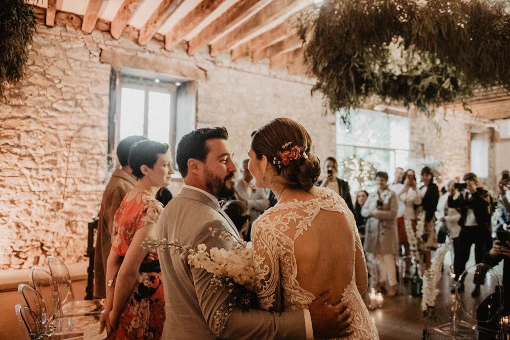 Cérémonie laïque dans une Salle de réception atypique, verrière ancienne, mariage sous la pluie, Domaine de Lucain, 64, Pau, Aquitaine, salle de mariage fleurie