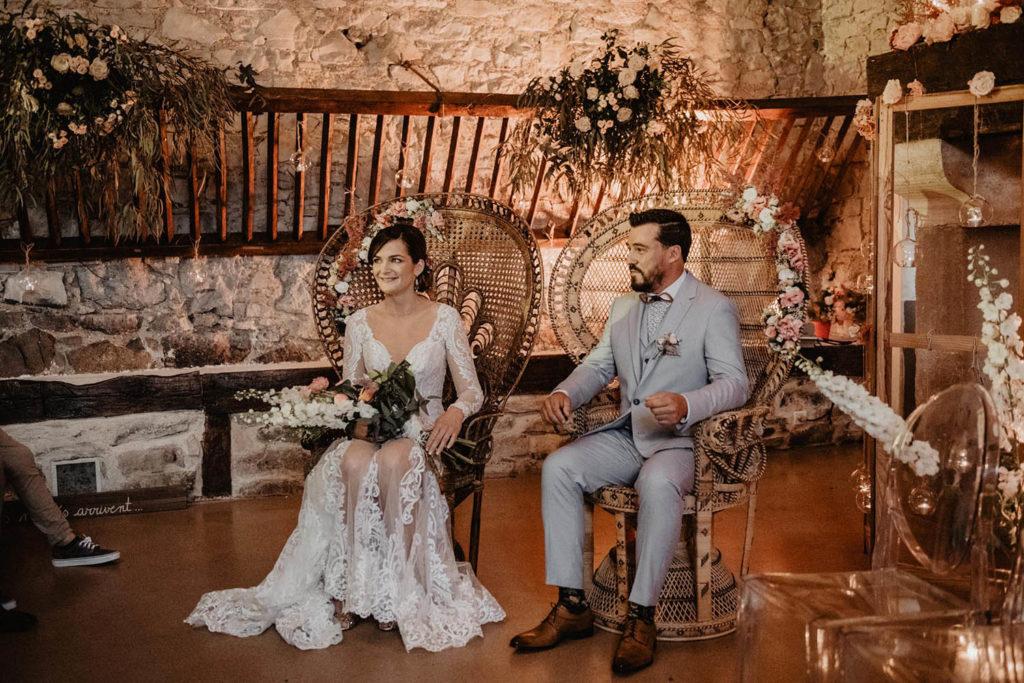 Mariés dans les fauteuils Emmanuelle pendant la cérémonie d'engagement laïque au Domaine de Lucain, près de Pau, Nay, Tarbes et Oléron, 64, robe Angeola Biarritz, costume Serrada