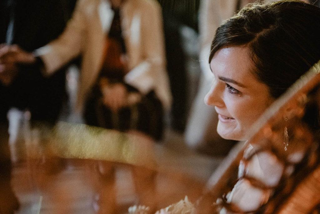 Portrait de la mariée avec l'arme à l'oeil lors de la cérémonie d'engagement laïque, Pau, 64