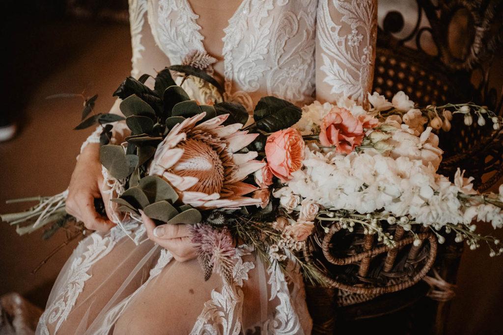 Bouquet de mariée exotique et déstructuré avec des protea, mariage romantique