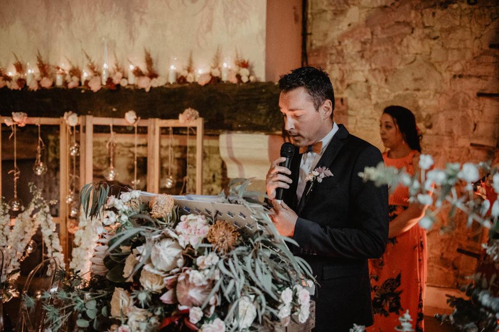 Discours de témoin, décoration fleurie et romantique, Cérémonie laïque dans une Salle de réception atypique, verrière ancienne, mariage sous la pluie, Domaine de Lucain, 64, Pau, Aquitaine
